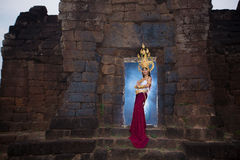 Femme asiatique portant la robe traditionnelle du Cambodge Photo libre de droits