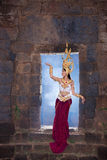 Femme asiatique portant la robe traditionnelle du Cambodge Photos stock