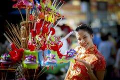Femme asiatique portant le visage de sourire toothy de vêtements chinois de tradition dans le yaowarat Chinatown Bangkok Thaïland photographie stock libre de droits