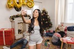 Femme asiatique prenant le selfie Image libre de droits