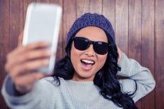 Femme asiatique prenant le selfie photo stock