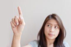 Femme pressant un espace vide de bouton imaginaire Image stock
