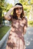 Femme asiatique recherchant quelqu'un photo libre de droits