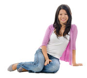 Femme asiatique s'asseyant sur le plancher photo libre de droits