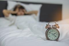 Femme asiatique se situant dans le lit tard la nuit, jeune sommeil femelle dans la chambre à coucher à la maison photos stock