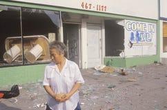 Femme asiatique se tenant devant le magasin pillé pendant 1992 émeutes, Los Angeles centrale du sud, la Californie Image libre de droits
