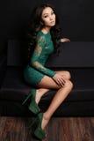 Femme asiatique sensuelle avec de longs cheveux foncés dans la robe élégante de dentelle Image stock