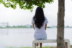 Femme asiatique seule en parc Images stock