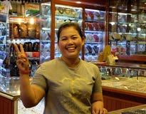 Femme asiatique souriant et faisant des gestes, vendeur de bijoux photos stock