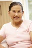 Femme asiatique supérieure à la maison photos libres de droits