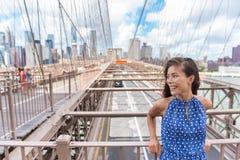 Femme asiatique sur le pont de Brooklyn - voyage de New York photos libres de droits
