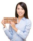Femme asiatique tenant l'abaque Photographie stock