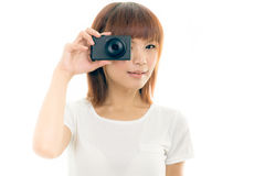Femme asiatique tenant l'appareil-photo, blanc d'isolement Photographie stock