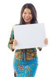 Femme asiatique tenant une carte vierge blanche photo stock