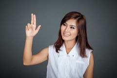 Femme asiatique touchant l'écran avec deux doigts Photographie stock