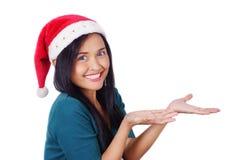 Femme asiatique utilisant le chapeau de Santa Images libres de droits