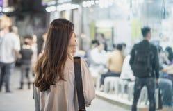 Femme asiatique voyageant par Hong Kong Night Market photos stock
