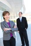 Femme assez asiatique d'affaires à l'immeuble de bureaux Photo stock