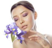 Femme assez asiatique de jeunes avec la fin pourpre d'orchidée de fleur d'isolement sur la station thermale blanche de fond, conc Photos stock