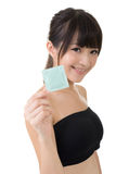 Femme assez asiatique de jeunes avec un préservatif Image stock