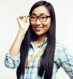 Femme assez asiatique de jeunes posant émotif gai d'isolement sur le fond blanc, concept de personnes de mode de vie Photographie stock libre de droits