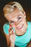 Femme assez blonde à l'aide de son smartphone Photos libres de droits