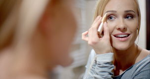Femme assez blonde appliquant le maquillage de sourcil clips vidéos