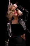 Femme assez blonde avec la veste en cuir photographie stock libre de droits