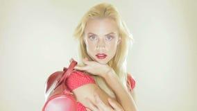 Femme assez blonde avec un sac et un ballon banque de vidéos