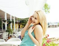 Femme assez blonde de jeunes après se reposer de achat au café dehors sur parler heureux de sourire de rue au téléphone, mode de  Image stock