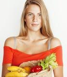 Femme assez blonde de jeunes aux achats avec la nourriture dans le sac de papier d'isolement sur le fond blanc, concept de person Image stock