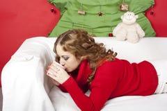 Femme assez blonde de jeunes dans des décorations de nouvelle année Images stock