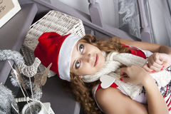 Femme assez blonde de jeunes dans des décorations de nouvelle année Image stock