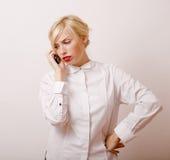 Femme assez blonde parlant au téléphone Photos stock