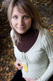 Femme assez enceinte en stationnement d'automne Photographie stock libre de droits