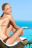 Femme assez heureuse détendant au bord de la mer image libre de droits