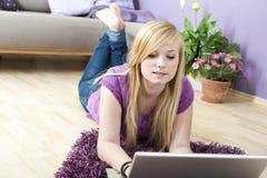 Femme assez jeune à l'aide de l'ordinateur portatif Images stock