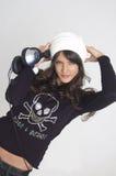 Femme assez jeune avec des écouteurs Images libres de droits
