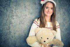 Femme assez jeune avec l'ours de nounours photo stock