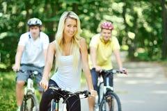 Femme assez jeune avec la bicyclette Photographie stock libre de droits
