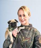 Femme assez jeune avec son roquet d'animal familier Image libre de droits