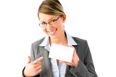 Femme assez jeune d'affaires avec la plaquette photos stock