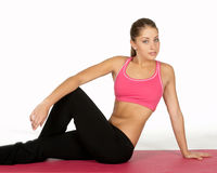 Femme assez jeune dans la pose de yoga photo libre de droits