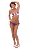 Femme assez jeune dans le bikini, sur le blanc. Images libres de droits