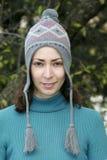 Femme assez jeune dans le chapeau de l'hiver Images stock