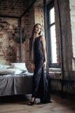 Femme assez jeune de brune dans le sourire intérieur de chambre à coucher Image stock