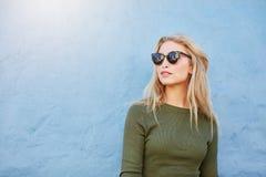 Femme assez jeune de mode dans des lunettes de soleil photos stock