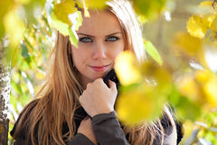 Femme assez jeune en stationnement en jour d'automne Photographie stock libre de droits