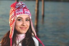 Femme assez jeune le long du compartiment Photos libres de droits