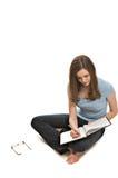 Femme assez jeune prenant des notes photographie stock